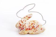 Coupeur de pâtisserie, biscuit avec des granules de sucre, forme de lapin de Pâques Images libres de droits