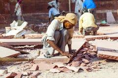 Coupeur en pierre au fort rouge à Âgrâ, Amar Singh Gate, Inde, uttar pradesh Images stock