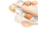 Coupeurs d'oeufs, de farine, de sucre et de biscuit d'ingrédients de cuisson au-dessus de wh Images stock