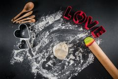 Coupeurs de biscuit de boule et d'amour de la pâte de biscuit Photo stock