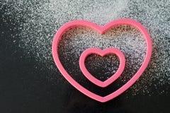 Coupeurs en forme de coeur de biscuit Images stock