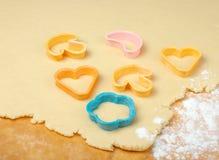Coupeurs mélangés de biscuit sur la table en bois. Image stock