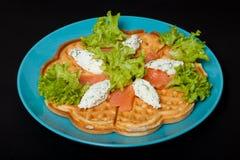 Coupez avec des saumons pour le petit déjeuner sur un fond noir image stock