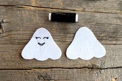 Coupez des détails de feutre de blanc pour créer le fantôme de Halloween d'un côté brodé avec les yeux et la bouche noirs de fil  Photo stock