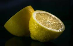 Coupez en demi citron mûr juteux images stock