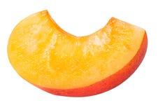 Coupez en tranches l'abricot mûr d'isolement sur un fond blanc Photographie stock libre de droits
