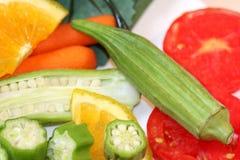 Coupez frais le gombo et les tomates Photos libres de droits