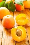 Coupez l'abricot photographie stock libre de droits