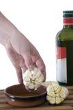 Coupez l'ail plongé en huile d'olive Photographie stock libre de droits