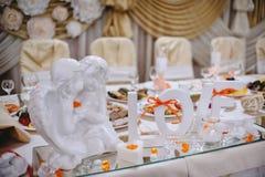 Coupez l'amour de mot avec les anges et les bougies blancs sur le bri de table Image libre de droits