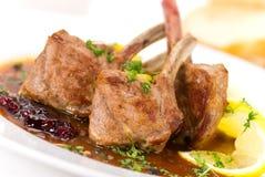 coupez l'illustration proche d'agneau de filet rôtie vers le haut Image stock