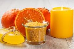 Coupez l'orange avec deux oranges entières, bol en verre avec Yellow Sea SA Image libre de droits