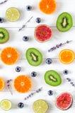 Coupez la conception de fruit avec la myrtille et la lavande sur le modèle blanc de vue supérieure de fond photos libres de droits