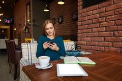 Coupez la femme que l'avocat emploie la table numérique, image stock