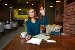 Coupez la femme que l'avocat emploie la table numérique, Photographie stock