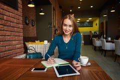 Coupez la femme que l'avocat emploie la table numérique, Photos stock