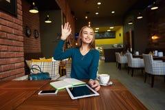 Coupez la femme que l'avocat emploie la table numérique, photo stock