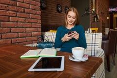 Coupez la femme que l'avocat utilise le téléphone intelligent Photographie stock libre de droits