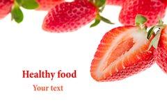 Coupez la fraise sur un fond blanc D'isolement Fraise coupée en tranches sur le fond de fraise Fond de fraise Macro Texture Photos libres de droits