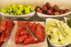 Coupez la pastèque et le melon frais Assortiment de fruit frais sur des pommes de table, rouges et vertes, mandarines Images stock