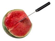 Coupez la pastèque par le couteau sur le fond blanc Image libre de droits