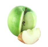 Coupez la pomme verte avec la partie rouge photo libre de droits