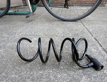 Coupez la serrure en spirale anti-vol de câble de bicyclette image libre de droits