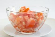 Coupez la tomate dans une cuvette images libres de droits
