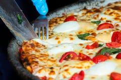 Coupez la tranche de pizza Photographie stock libre de droits