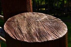 Coupez le bois peint avec la peinture brune photo stock