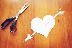 Coupez le coeur de papier percé par une flèche Image stock