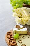 Coupez le fromage avec des raisins et le copyspace nuts Images libres de droits