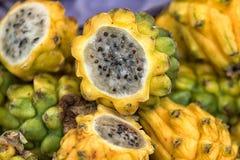 Coupez le fruit de pitahaya en Colombie Images libres de droits