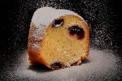 Coupez le gâteau avec de la farine image libre de droits
