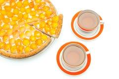 Coupez le gâteau d'abricot et deux cuvettes de thé Photos libres de droits