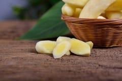 Coupez le jeune safran des indes frais sur la table en bois et dans le panier en bambou Photos libres de droits