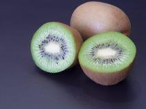 Coupez le kiwi images libres de droits