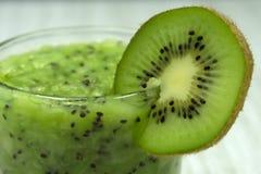 Coupez le kiwi dans un verre sur la table de cuisine Tranches finement hachées de kiwi et kiwi entier dans la cuisine Image stock