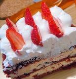 Coupez le morceau de gâteau de fraise photos libres de droits