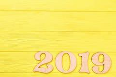 Coupez le nombre en bois 2019 et copiez l'espace Photos stock