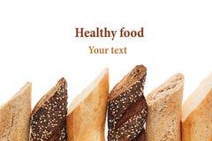 Coupez le pain de baguette de différentes variétés sur un fond blanc Rye, blé et pain entier de grain D'isolement Cadre décoratif photos libres de droits