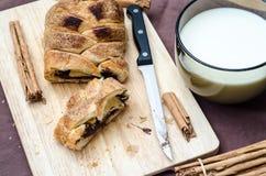 Coupez le petit pain de la cannelle et du chocolat Image stock