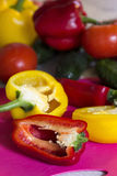 Coupez le poivron rouge sur un panneau de cuisine photo stock