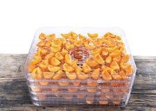 Coupez les abricots sur le plateau de déshydrateur, dessiccateur de fruit photos stock