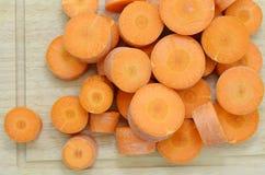 Coupez les carottes profondément à bord, plan rapproché photos libres de droits