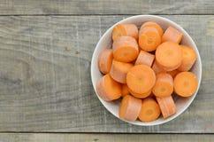 Coupez les carottes profondément sur la cuvette, plan rapproché photographie stock