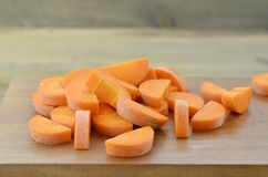 Coupez les carottes profondément sur la planche à découper photographie stock libre de droits