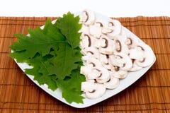 Coupez les champignons et les feuilles crus Photographie stock