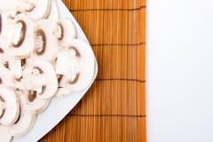 Coupez les champignons et les feuilles crus Image libre de droits