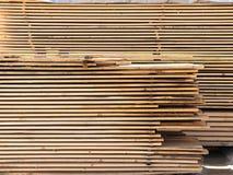 Coupez les conseils impeccables en bois Bois de construction, panneaux prévus Image libre de droits